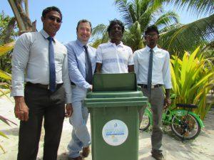 Auch das Aufstellen von Mülltonnen gehört zum Projekt.