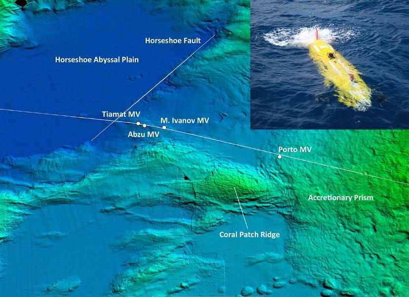 Mit Hilfe des AUV ABYSS (oben rechts im Bild) wurden 2012 die Schlammvulkane Abzu und Tiamat und M. Ivanov entdeckt. Grafik/Foto: GEOMAR