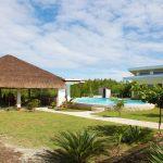 Der Pool liegt zentral im Resort.