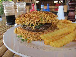 Warum auch nicht? Ein Mie-Burger im Lombok Style. Foto: Extra Divers