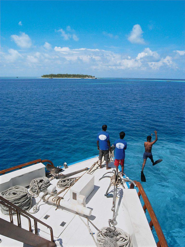 """Immer eine Insel in Sichtweite: Die """"Carina"""" ankert an den schönsten Plätzen des Inselreichs. Foto: Paul Munzinger"""