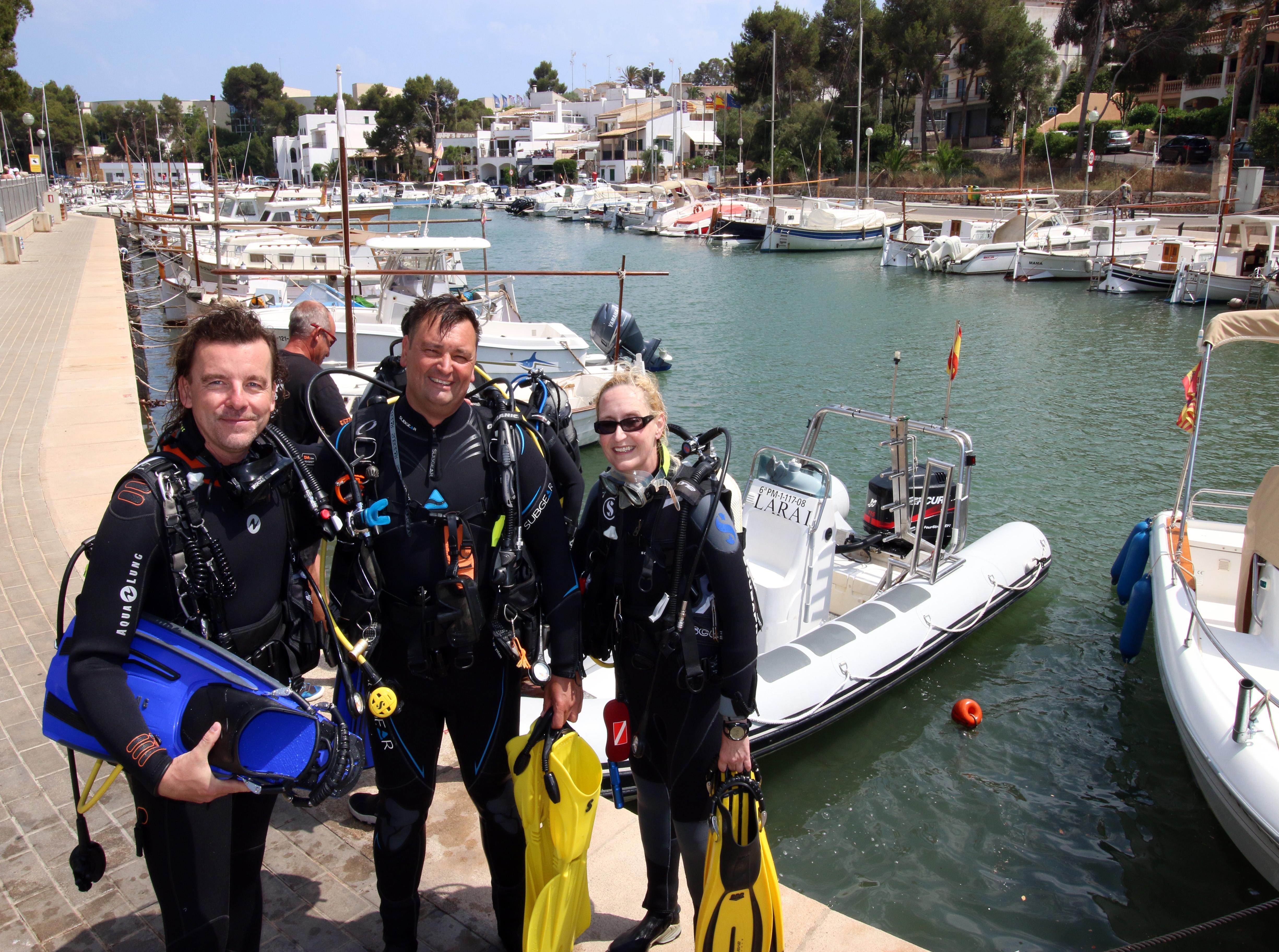 TAUCHEN-Redakteur Michael Krüger, Petro-Divers-Chef Ralf Detter und Bettina Bormann in Porto Petro. Foto: R. Bartelt