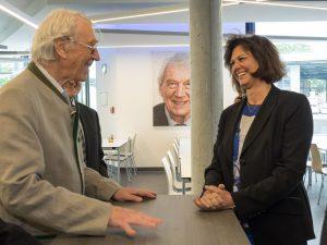 Heinz Bauer erzählt Staatsministerin Ilse Aigner aus seinem Leben für das Unternehmen. Foto: R. Deichelmann