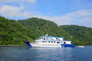 """Einziges Schiff in Süd-Halmahera: die """"Liburan Paradise"""". Foto: Reisecenter Federsee"""