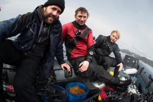 Erschöpft, aber glücklich: Ozeaneum-Taucher nach dem erfolgreichen Tauchgang zu den Kaltwasserkorallen. Foto: Christian Howe/Submaris