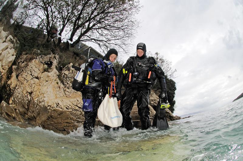 Zusammen mit seiner Tauchpartnerin Sandra verbringt TAUCHEN-Leser Roland Estermann einen Kurzurlaub in Istrien. Wegen des schlechten Wetters planen die beiden einen Übungstauchgang.