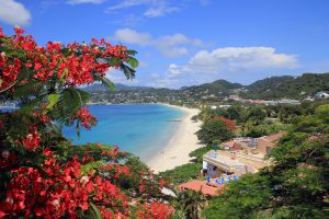 Blick vom Flamboyant Hotel auf den Grand Anse Bay. Foto: B. Bormann