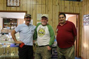 Coop ist eine amerikanische Tauchlegende (Mitte). Rechts der Museumspförtner Mike. (Timo Dersch)