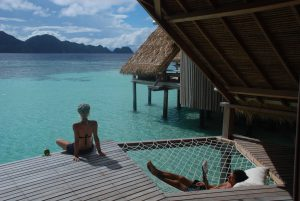 Die 17 Cottages des Misool Eco Resorts sind im landestypischen Stil erbaut und erlauben den Blick auf das Korallenriff.