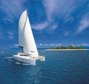 """Mit dem """"Sailaway""""-Katamaran geht es nach Low Isles zum Baden und Schnorcheln (Tourism and Events Queensland)"""