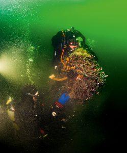 Taucher bergen einen Teil des Netzes, um ihn später an Bord zu untersuchen (W. Wichmann)