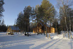 Die Holzhäuser des Arctic Circle Dive Center (G. Nowak).
