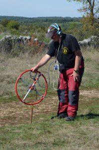 Daniel Chailloux sucht mit dem Empfänger das Signal des in der Höhle aufgestellten Senders. Foto: M. Isigkeit
