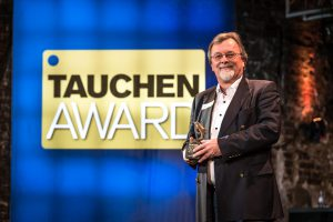 Apeks gewann in der Kategorie Atemregler. Werner Thomaier nahm den Delphin entgegen (Foto: Stefan von Stengel).