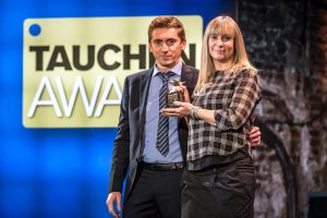 Tina Kopseel und Gianluca Bugli von Scubapro freuten sich sehr über den Award in der Kategorie Nass- und Halbtrockenanzug (Foto: Stefan von Stengel).