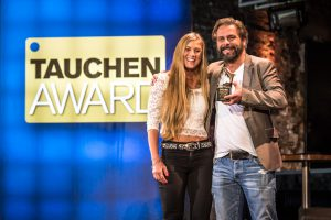 Freudestrahlend kamen Teddie Falkeborn und Henrik Borg von Waterproof auf die Bühne, um den Award für den besten Trockentauchanzug abzuholen (Foto: Stefan von Stengel).