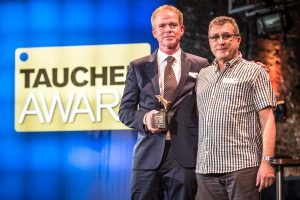 Die TAUCHEN-Leser haben abgestimmt und PADI zur besten Ausbildungsorganisation 2016 gekürt. Marks Spiers und Thomas Sobotta (v. l.) freuten sich sehr über den Award (Foto: Stefan von Stengel).