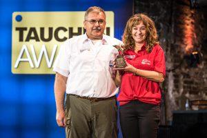 Die Tauchbasis Coraya Divers holte sich den Award für die beste Basis am Roten Meer. Tina und Nino Faranda freuten sich riesig über den goldenen Delphin (Foto: Stefan von Stengel).