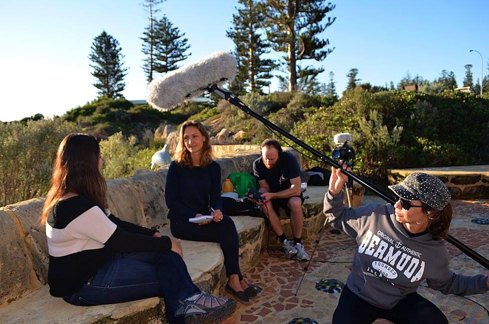 Meeresbiologin Johanna Zimmerhackel im Interview mit Luciana Ferreira: Dokumentarfilm soll Aufklärungsarbeit leisten. Foto: Shark Savers Germany