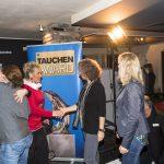 TAUCHEN-Verlegerin Alexandra Jahr gratuliert dem Team von Diving Centers Werner Lau. Foto: Stefan von Stengel