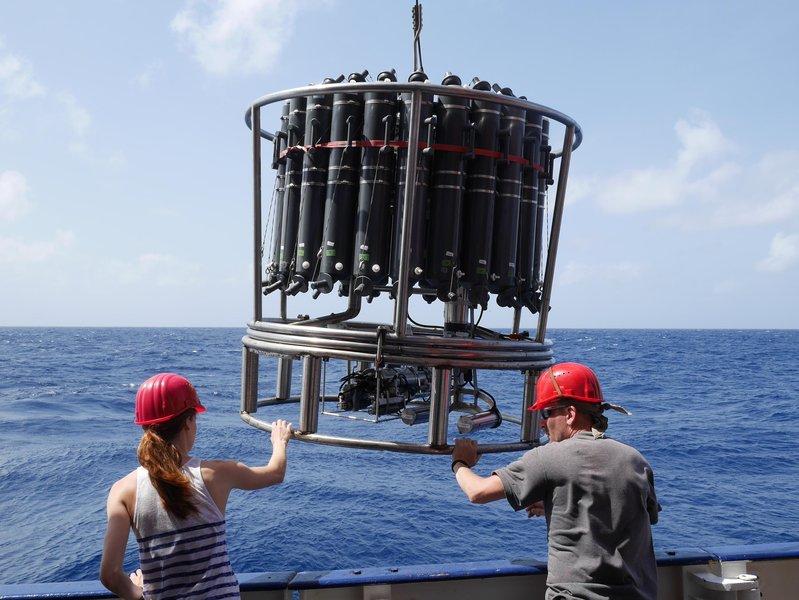 Ein Kranzwasserschöpfer wird vom Forschungsschiff METEOR aus zu Wasser gelassen. Für die aktuelle Studie haben die Autoren hunderttausende historische und aktuelle Sauerstoffmessungen ausgewertet.