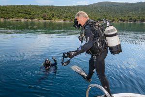 1. Solo-Einstieg: Peter wartet ungeduldig im Wasser. Willi zieht sich schnell an und macht sich bereit für den Einstieg (Fehler 1).