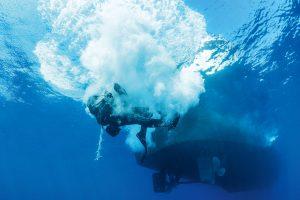 Buddy-Check 2. Statt kurz einzutauchen und dann wieder an die Oberfläche zu kommen, sinkt der Taucher wie ein Stein in die Tiefe.