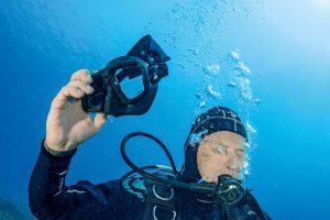 3. Er setzt die Maske auf und drückt den Inflator, aber nichts passiert. Der Sinkflug in die Tiefe ist nicht aufzuhalten.