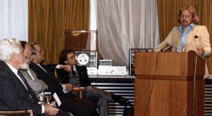 Hier hält Debelius einen Vortrag in Wien 1987. Foto: H. Debelius