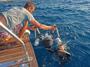 Anreichen lassen: Die Unterwasserkamera sollte man sich vom Schiff mit Domeportschutz anreichen lassen. Die Abdeckung kann man während des Tauchgangs ins Jacket stecken. Foto: W. Pölzer
