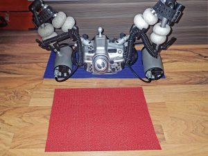 Antirutschmatten (6) eignen sich bestens, um die Kamera an Deck oder im Salon am Boden zu schützen.