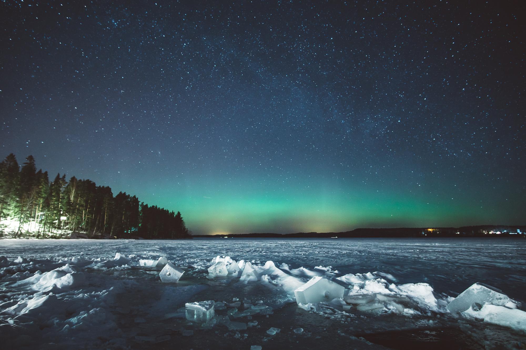 Nordlichter über dem zugefrorenen See