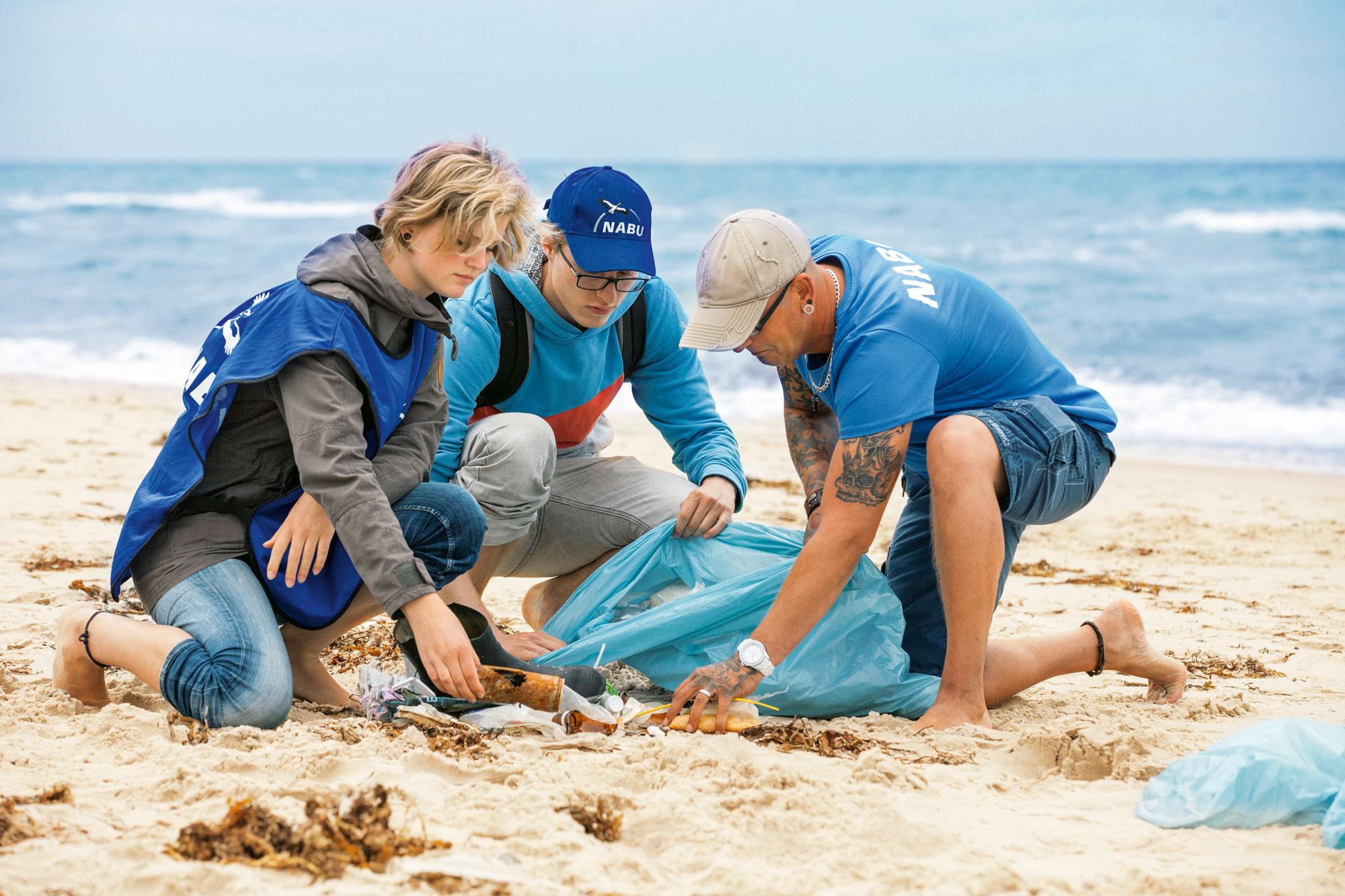 NABU-Mitglieder sammeln Müll am Strand auf.