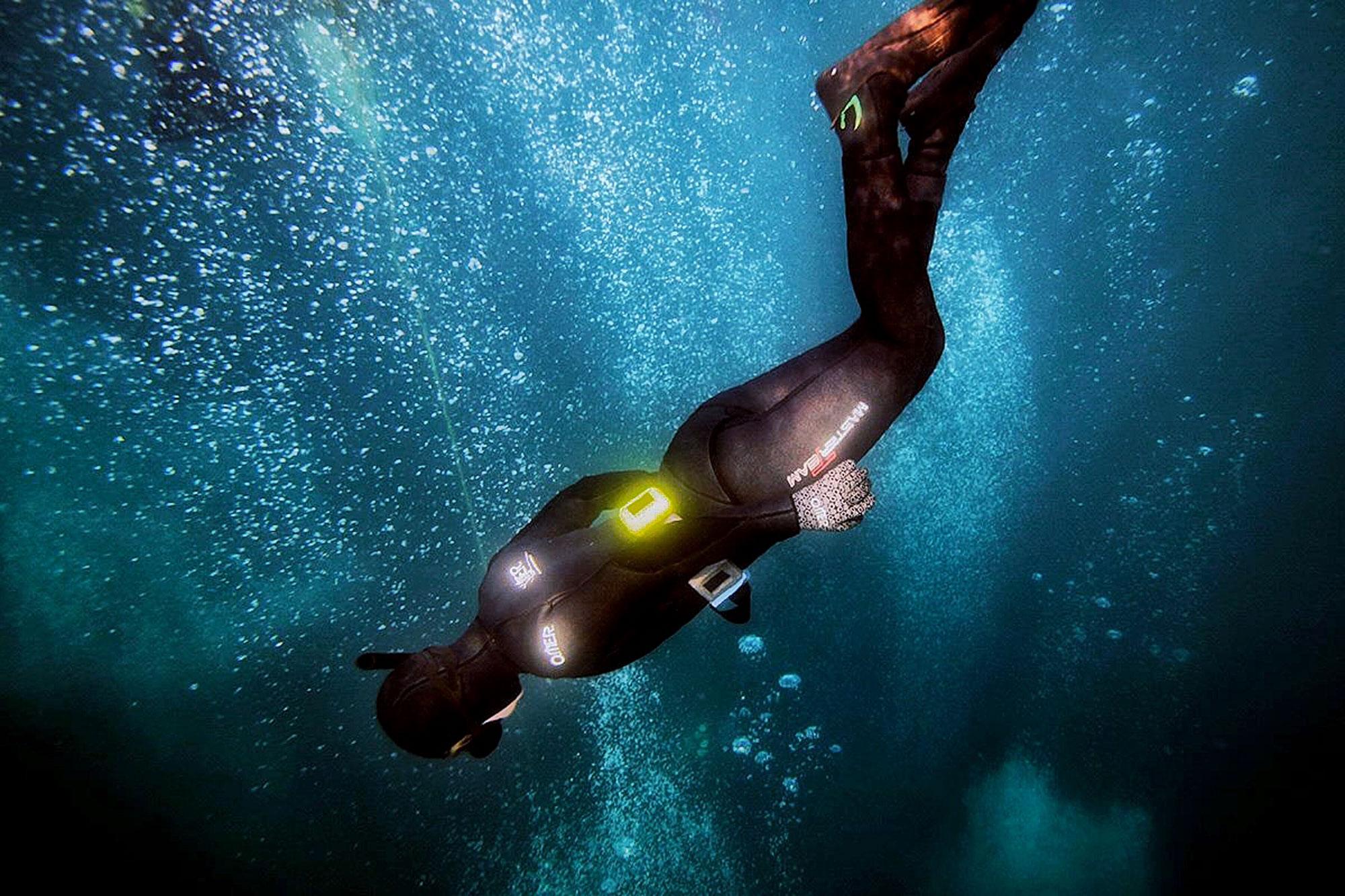 Die Autorin lässt sich im Luftblasenwirbel der Gerätetaucher in die Tiefe sinken.
