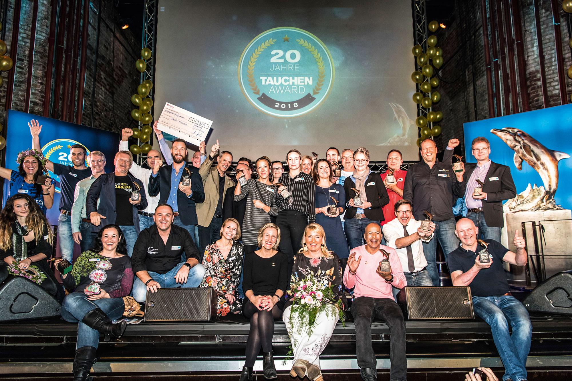 Gewinner auf Bühne versammelt