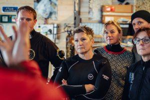 Briefing zum ersten Tauchgang in Norwegen. Foto: Julian Jankowski