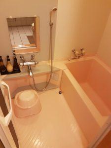 Blick in ein typisches japanisches Badezimmer in einem Hotel. Zum (gründlichen!) Duschen setzt man sich auf den Plastikschemel. Danach geht es erst in die Badewanne.