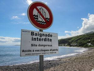 Die Strandidylle auf La Réunion trügt: Viele Buchten sind nach Haiangriffen gesperrt.
