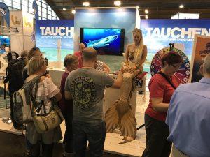 Meerjungfrau Daniela wird uns am TAUCHEN-Stand Nr. 307 am Freitag ab 15 Uhr besuchen. Kommen Sie vorbei und machen Sie ein Foto – das schönste Foto gewinnt ein TAUCHEN-Überraschungspaket.