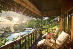 Ausblick vom Gäste-Balkon des Bunaken Oasis Dive Resort aufs Meer und den Pool-Bereich.