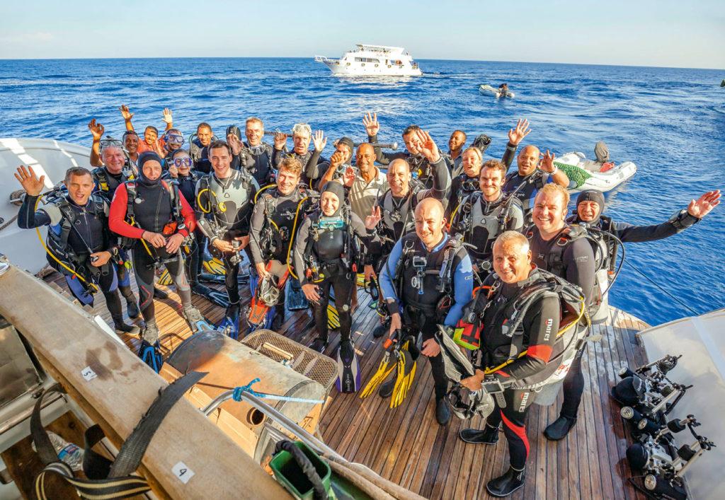 """Super Stimmung an Bord: die Teilnehmer der ersten TAUCHEN-Leserreise auf der """"Aphrodite"""" im Roten Meer. Foto: T. Friedrich"""