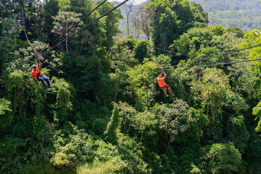 Nervenkitzel auf dem Festland: Mit Guides geht es zum Ziplining im Park rund um den Wasserfall Pulhapanzak. Foto: W. Pölzer
