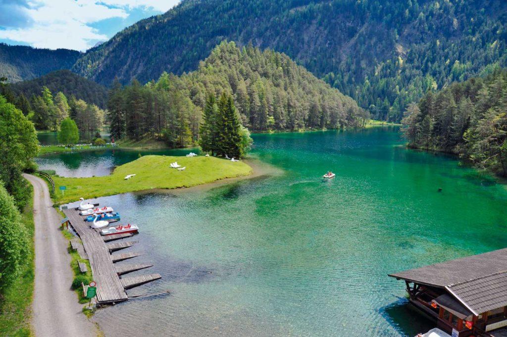 Der Fernsteinsee lockt mit klarstem Wasser. Foto: G. Nowak