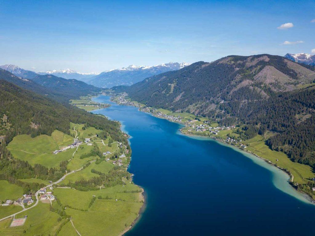 Der Weißensee ist 11,6 Kilometer lang und liegt zwischen malerischen Berghängen. Foto: Weißensee Tourismus