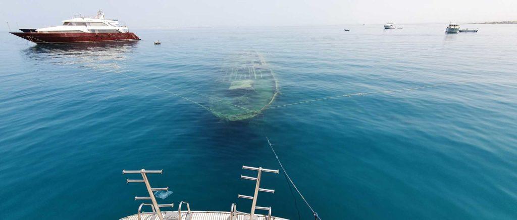 """Die """"Balena"""" liegt in nur neun Metern Tiefe und schimmert einem duchs Wasser entgegen. Foto: H. Hoepfner"""