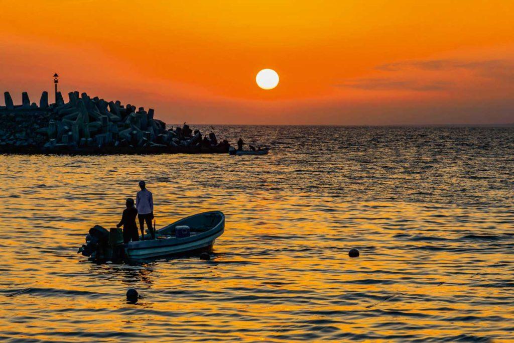Sonnenuntergang im Hafen von Mirbat. Foto: W. Pölzer
