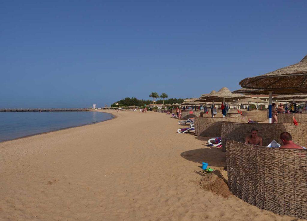Blick auf den hoteleigenen Strand. Wer ein rotes Fähnchen an seinem Liegeplatz aufstellt, wird von den Animateuren in Ruhe gelassen. Foto: H. Hoepfner