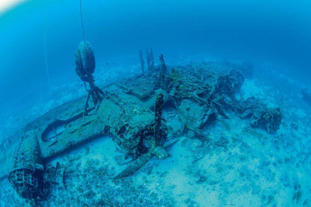 """Die """"B24 Liberator"""" liegt kopfüber in 39 Metern Tiefe auf Grund. Foto: F. Banfi"""