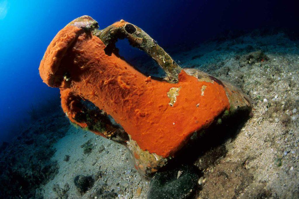 Die Ladung zweier römischer Schiffe, die mit Amphoren belanden waren, warten auf Erkundung: Foto: F. Banfi