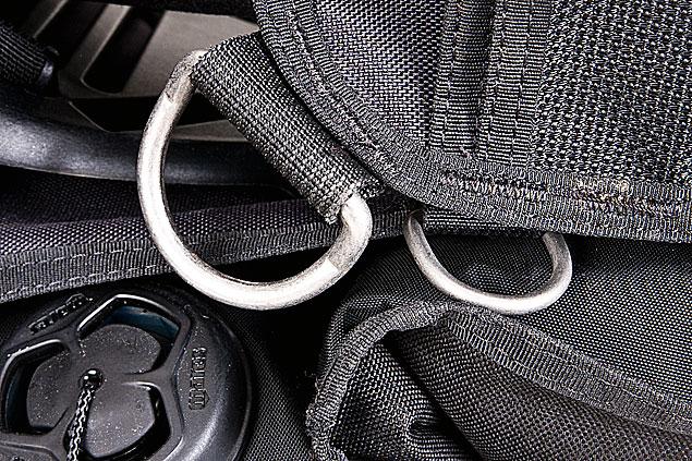 Reichlich Gelegenheit zum Einklinken: insgesamt zehn D-Ringe aus Metall.